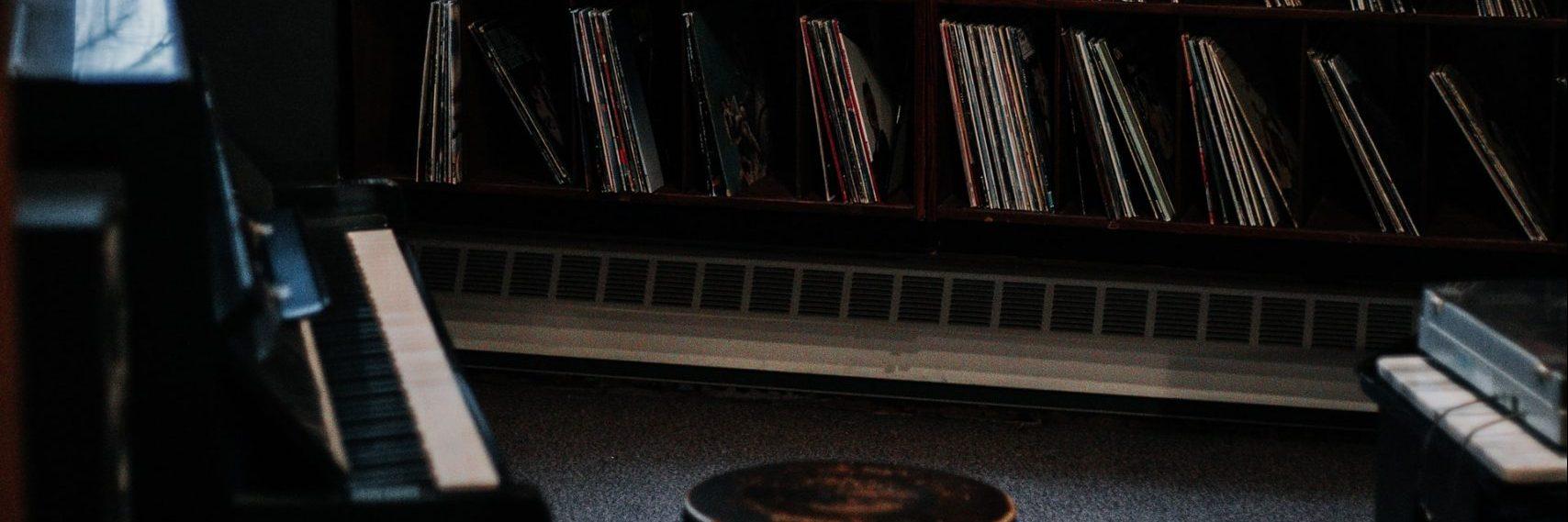 ¿Dónde estaba la música? es un relato escrito por Miguel Rodríguez Echeandía que trata sobre un mundo sin música.