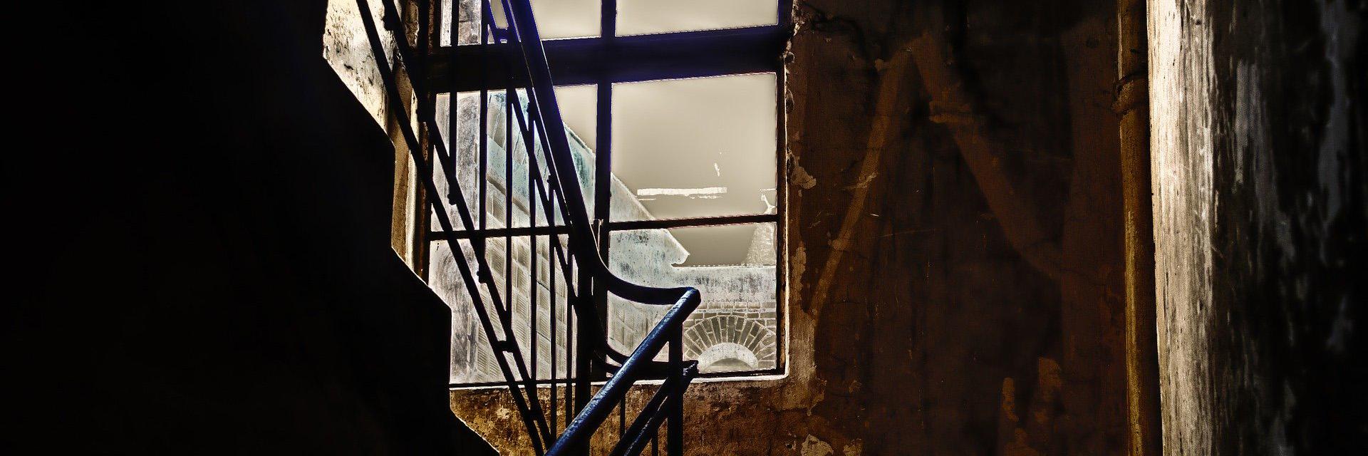 En el descansillo es un relato escrito por Miguel Rodríguez Echeandía para la sección de relatos de terror de su blog.