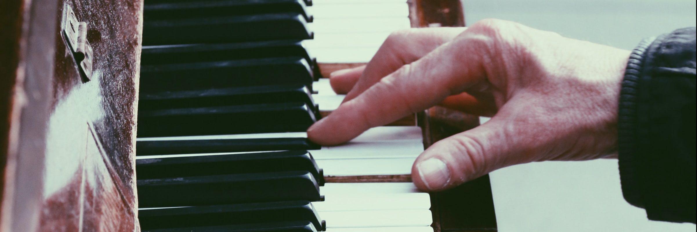 La brava es un relato escrito por Miguel Rodríguez Echeandía sobre las ventajas que la música puede tener en enfermos de alzheimer.