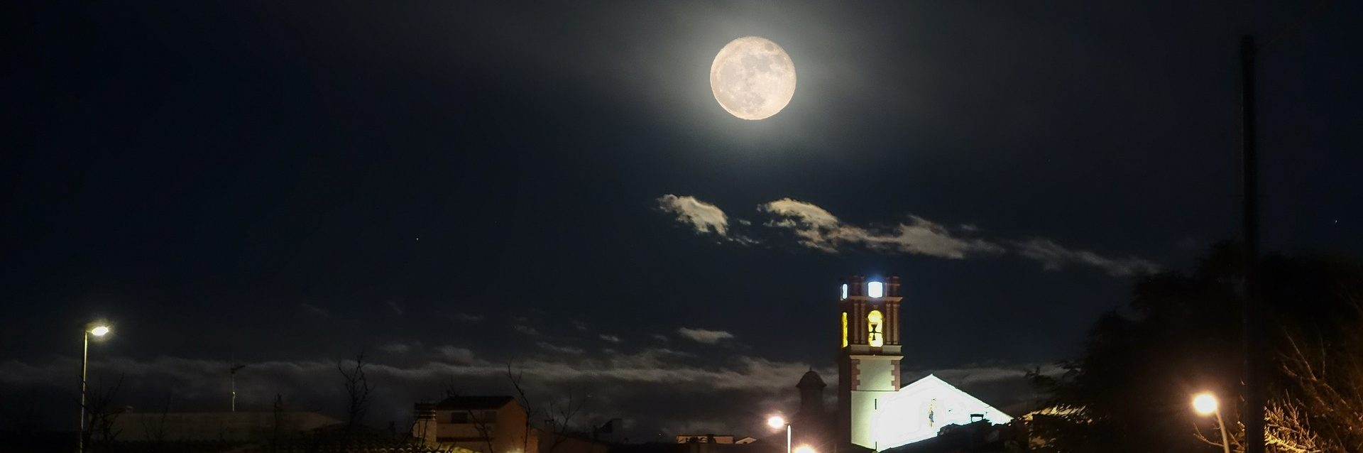 La última noche del verano es un relato escrito por Miguel Rodríguez Echeandía sobre las tertulias en la calle en los pueblos en verano.