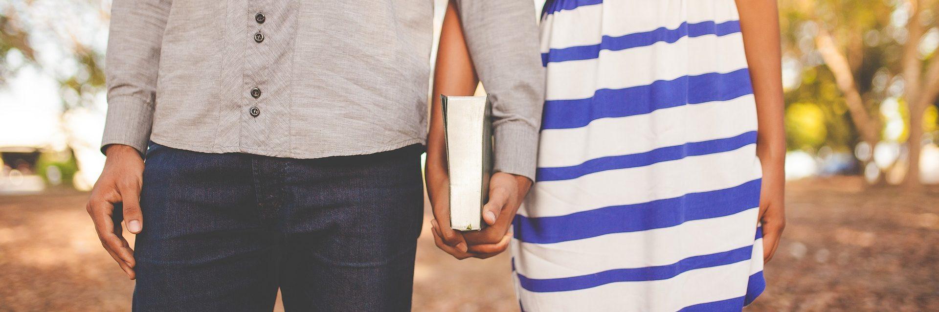 Relaciones es un relato de Miguel Rodríguez Echeandía que trata sobre un tipo de relación muy especial y peligroso para las personas.