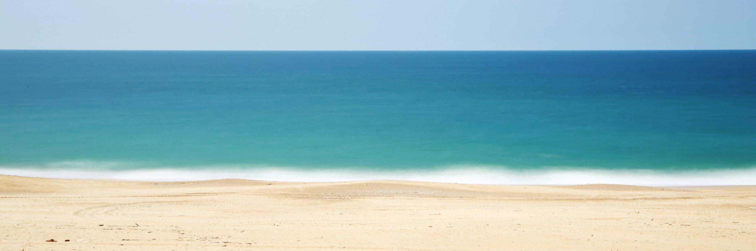La playa es un relato escrito por Miguel Rodríguez Echeandía sobre las reflexiones que se llevan a cabo al mirar al mar.